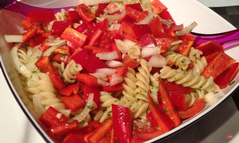 Passt super zu Gegrilltem: leichter Nudelsalat mit Paprika, Zwiebeln und Kirschtomaten.