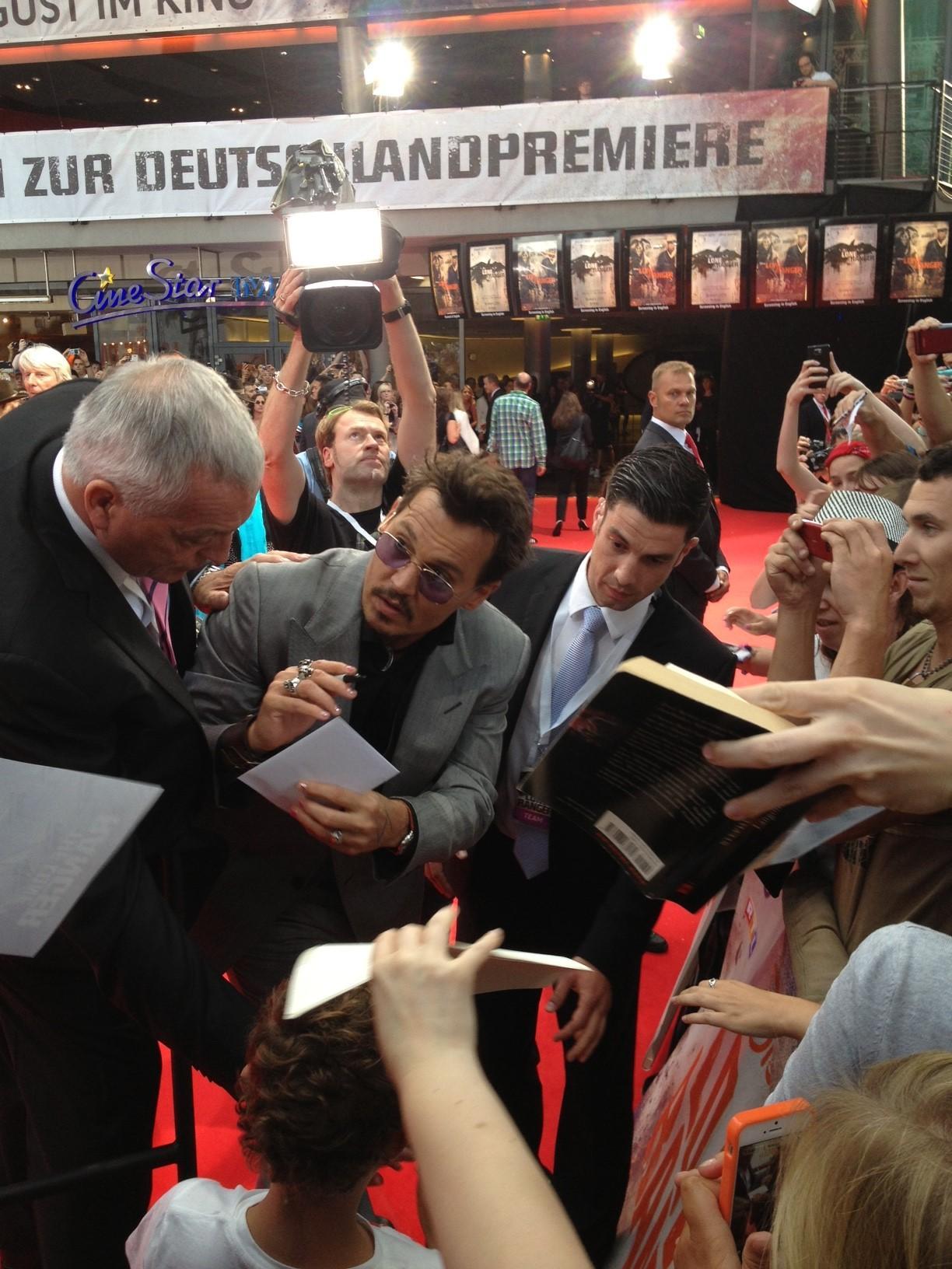 """Unsere Red-Carpet-Frau Ines beobachtet Johnny Depp bei der Deutschlandpremiere von """"The Lone Ranger"""" am 19. Juli beim geduldigen Autogrammegeben."""