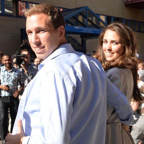 """Diese beiden Doppelgänger von Prinz William und Herzogin Catherine sorgten am Freitag (19. Juli) bei ihrer Ankunft vor dem """"St. Mary's Hospital"""" in London für Aufregung."""