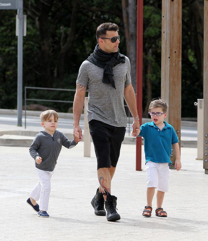 Bei einem Zoobesuch in Sydney führt Matteo Martin ein lilanes Brillengestell aus.