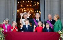 Die neue Generation tritt an: König Albert und Königin Paola (rechts) freuen sich für Philippe und Mathilde. Auch die vier Kinder des neuen Königspaars grüßen vom Balkon, sowie Königin Fabiola (links).