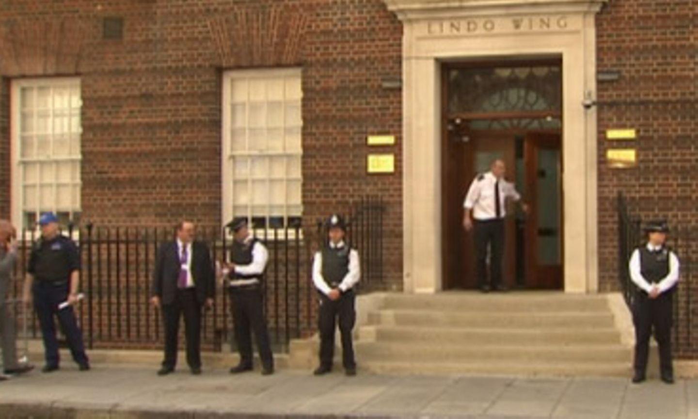Weiter erhöhte Polizeipräsenz vor dem Krankenhaus St. Mary's.