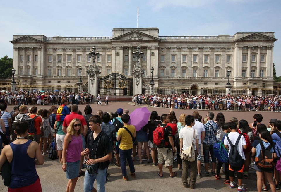 Vor dem Buckingham Palast haben sich Touristen und Einheimische versammelt. Hier wird nach der Geburt von Wiliams und Catherines Baby auf einer Tafel bekannt gegeben, welches Geschlecht es hat.