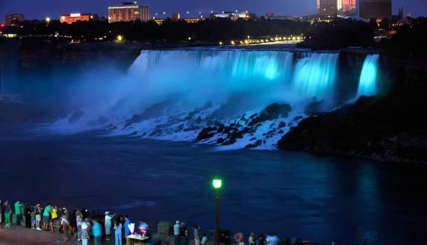 Die Niagarafälle erstrahlen zur Feier des Tages in Babyblau.