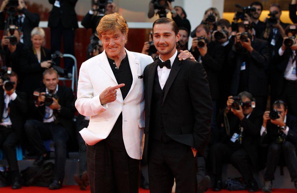 Im Film liefern sie sich ein Duell, auf dem roten Teppich ist alles gut: Redford mit Co-Star Shia LaBeouf.