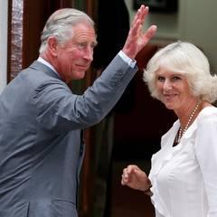 Am frühen Abend des 23. Juli kommen Prinz Charles und Herzogin Camilla am St. Mary's in Paddington an, um ihr Enkelkind kennenzulernen.