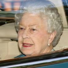 """Queen Elizabeth auf dem Weg zurück vom """"Kensington Palace"""", wo sie auf ihren Urenkel traf."""