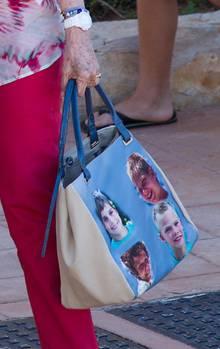 Der genau Blick auf die Tasche verrät es: Königin Sofia hat ihre Enkelkinder dabei.