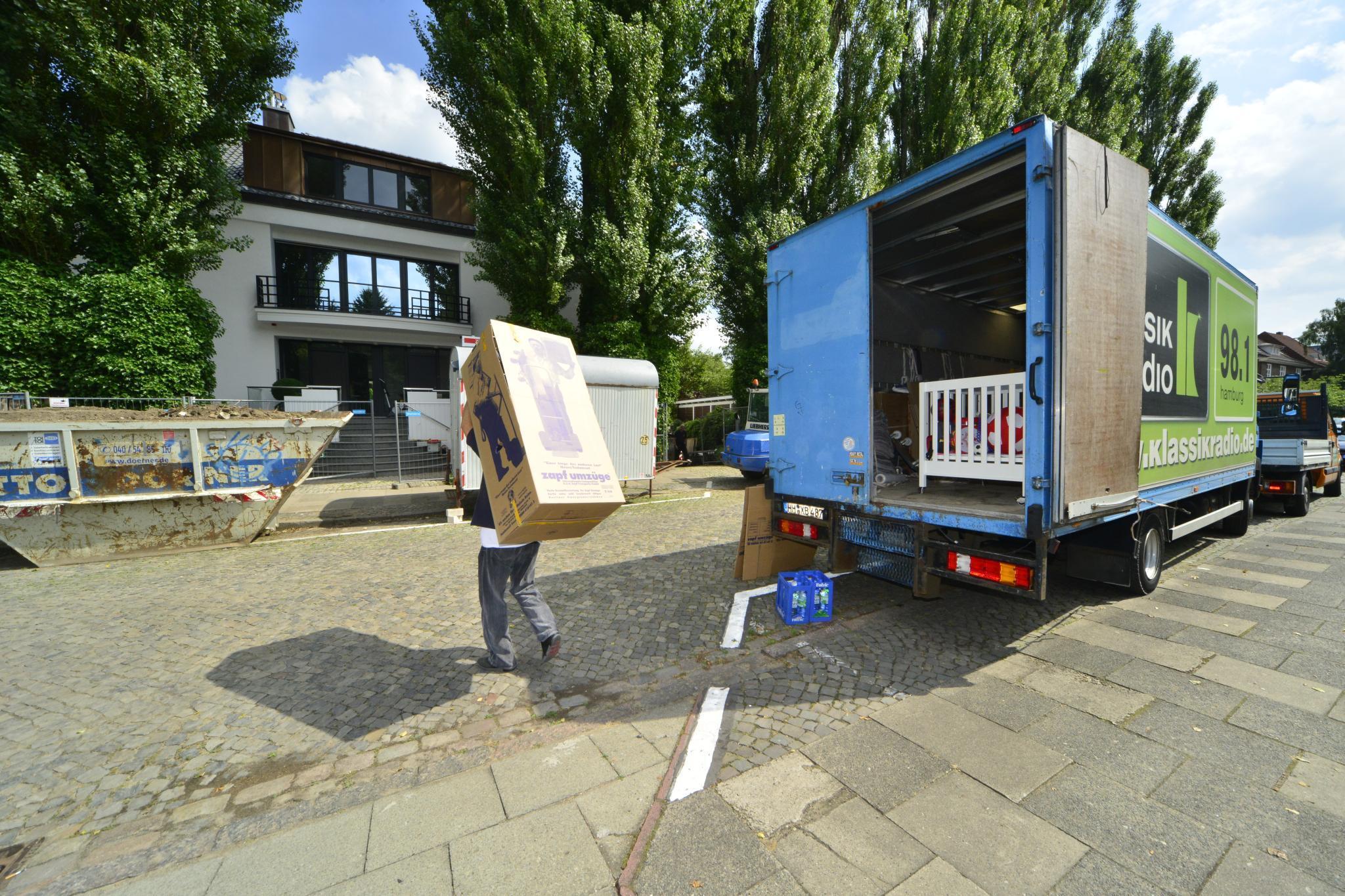 """Unzählige Male brachte der Umzugswagen die Möbel des Paares zur neuen Villa. Nun ist die Liebe von Fußballer Rafael van der Vaart und seiner Sabia endlich """"unter Dach und Fach""""."""