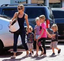 Denise Richards mit ihrer Kinderschar: Ihre Töchter Sam und Lola sowie die Zwillinge Bob und Max. Die beiden Jungs hat die 42-Jährige so lieb gewonnen, dass sie sie nicht mehr hergeben möchte. Auch den Kindern gefällt's bei ihr.
