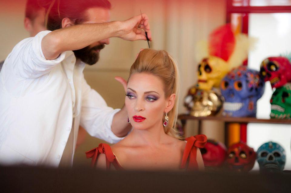 """Uma Thurman wird für einen ihrer zwölf Auftritte im """"Campari""""-Kalender 2014 vorbereitet."""