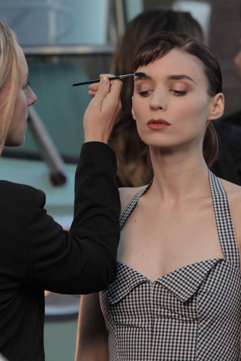 """Letzte Handgriffe der Stylistin: In der neuen mysteriösen Calvin-Klein-Parfüm-Kampagne im """"Film Noir""""-Stil spielt Rooney Mara, 28, unter der Regie von David Fincher."""