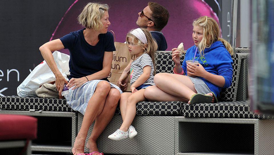 Gary Barlow, seine Frau Dawn und die Kinder Daisy und Emily entspannen nach dem Einkaufsbummel.