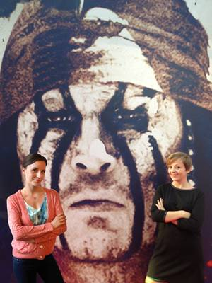 """Die Gala.de-Redakteurinnen Sarah Stendel und Ines Weißbach sind auf """"Tontos"""" Seite."""