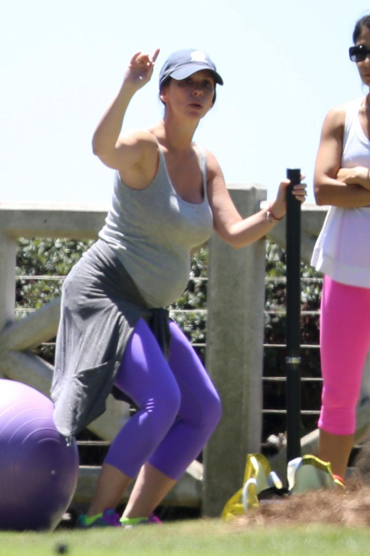 Die schwangere Jennifer Love Hewitt macht Cardioübungen mit ihrer Personatrainerin.