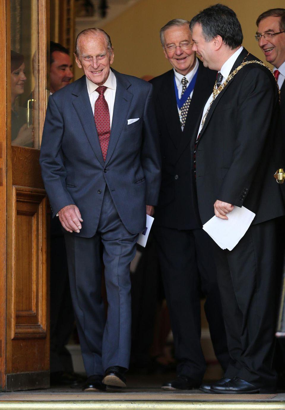 Prinz Philip ist nach der Medaillenvergabe im schottischen Edinburgh bester Dinge.