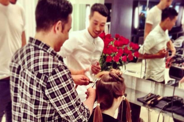 Friseur James Conran darf die perfekte Abteilung des Model-Haars übernehmen und der Meister Anh Co Tran hat schon den Pixie-Cut vor Augen.