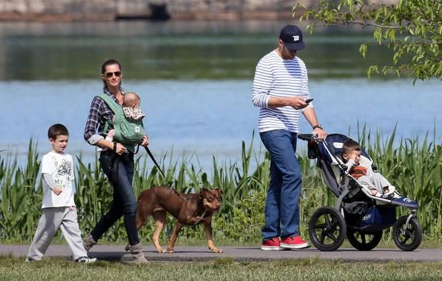Gisele Bündchen, 33, trägt Tochter Vivian; Tom Brady, 36,schiebt die Karre mit Benjamin, sein Sohn John aus einer früheren Beziehung läuft neben Stiefmama Gisele. Die Familie soll sich noch vergrößern.