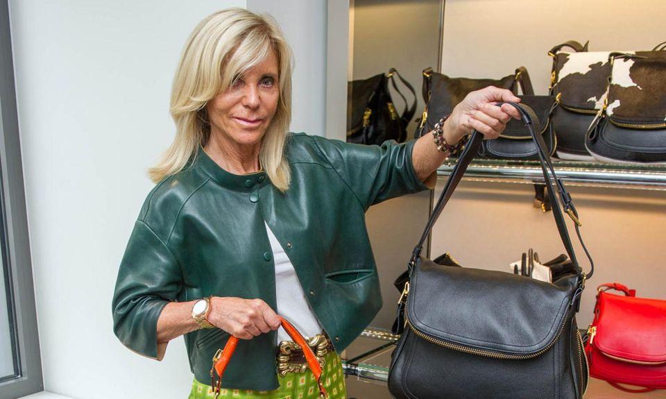 """In die Offensive: Ging Modeunternehmerin Trudie Götz nach den Vorwürfen von Oprah Winfrey. Sie gab dem """"blick"""" Interviews und ließ sich in einer ihrer """"Trois Pommes""""-Boutiquen mit Taschen fotografieren. Ein ähnliches Modell von Tom Ford wollte Winfrey kaufen."""