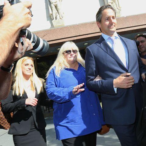 Debbie Rowe verlässt mit ihrem Anwalt das Gericht in Los Angeles.