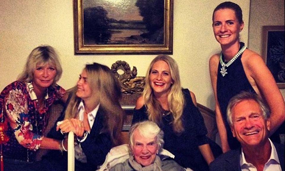 """Familie Delevingne feiert: Mutter Pandora, Geburtstagskind Cara, Oma """"Gaga"""" Margo, die Schwestern Poppy und Chloe sowie Papa Charles (von links) sind bester Laune."""