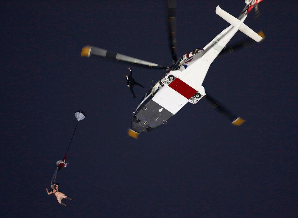 Bei der Eröffnungszeremonie der Olympischen Spiele springt Mark Sutton nach dem Queen-Double als James Bond aus dem Hubschrauber.