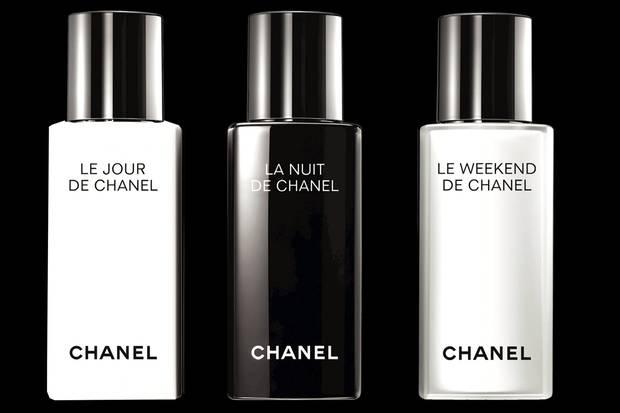 """Chanels neue Systempflege will gestresste Haut wieder ins Gleichgewicht bringen. Ein Fluid ist dabei speziell fürs Wochenende gedacht – mit beruhigender Mairose und einem Glycolsäureextrakt, der das Hautbild verfeinert. """"Le Jour de Chanel""""und """"La Nuit de Chanel"""", je 50 ml, ca. 75 Euro. """"Le Weekend de Chanel"""", 50 ml, ca. 90 Euro"""