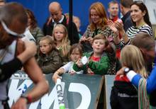 Sie feuern den Papa kräftig an: Prinzessin Isabella und Prinz Christian stehen mit Mama Mary an der Strecke des Ironman in Kopenhagen.