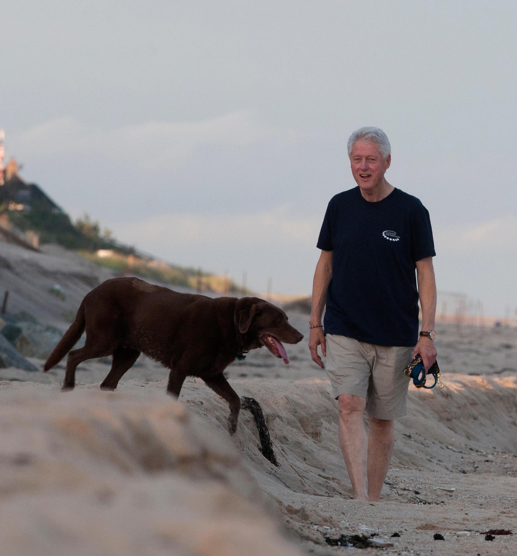 Morning has broken: Bill Clinton zieht es jeden Tag in aller Frühe mit seinem Labrador raus an den Atlantik.