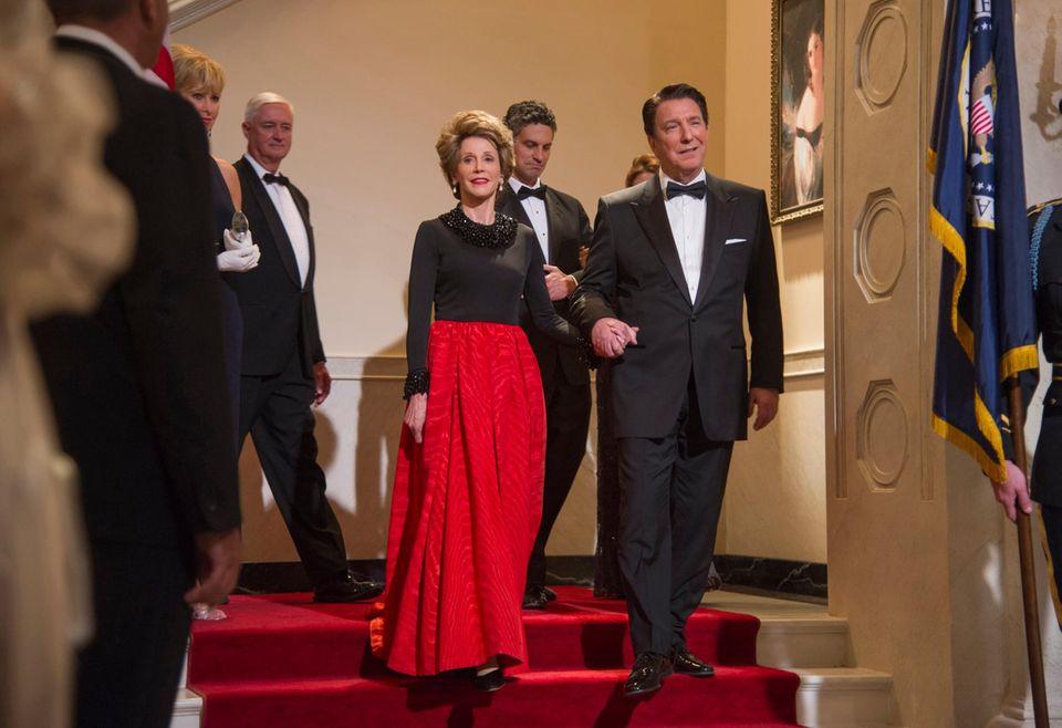 Wen Jane Fonda und Alan Rickman darstellen, ist sofort klar: Hier schreiten Ronald Reagan und Gattin Nancy die Treppe herunter