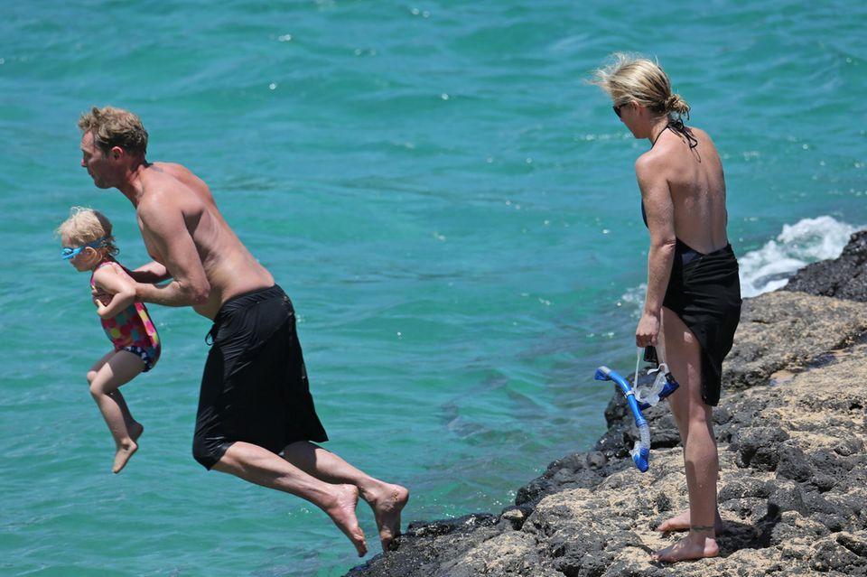 Christina Applegates Mann Martyn LeNoble springt mit seiner Tochter Sadie am Strand von Hawaii ins Wasser.