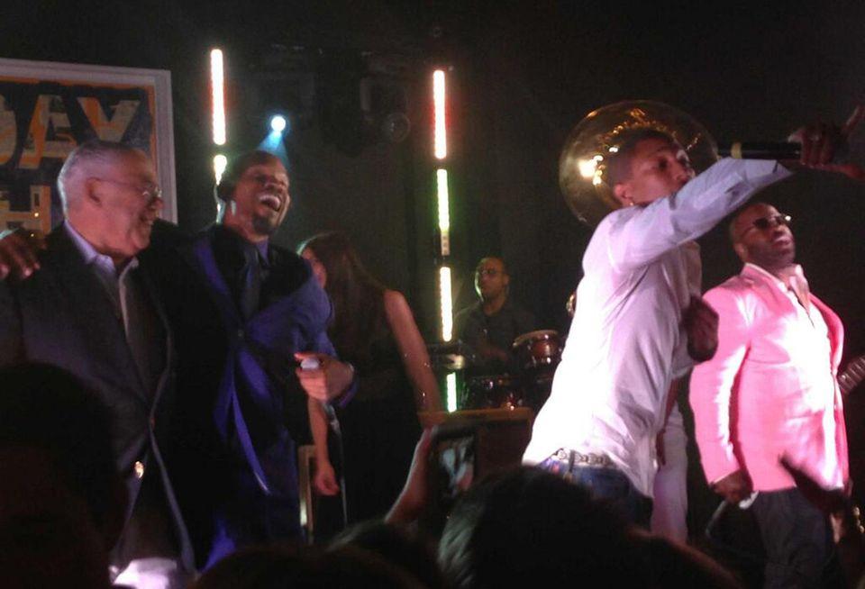Russell Simmons twitterte dieses Bild der feiernden Stars: (von links) Colin Powell, Jamie Foxx, Katie Holmes und Pharrell Williams.