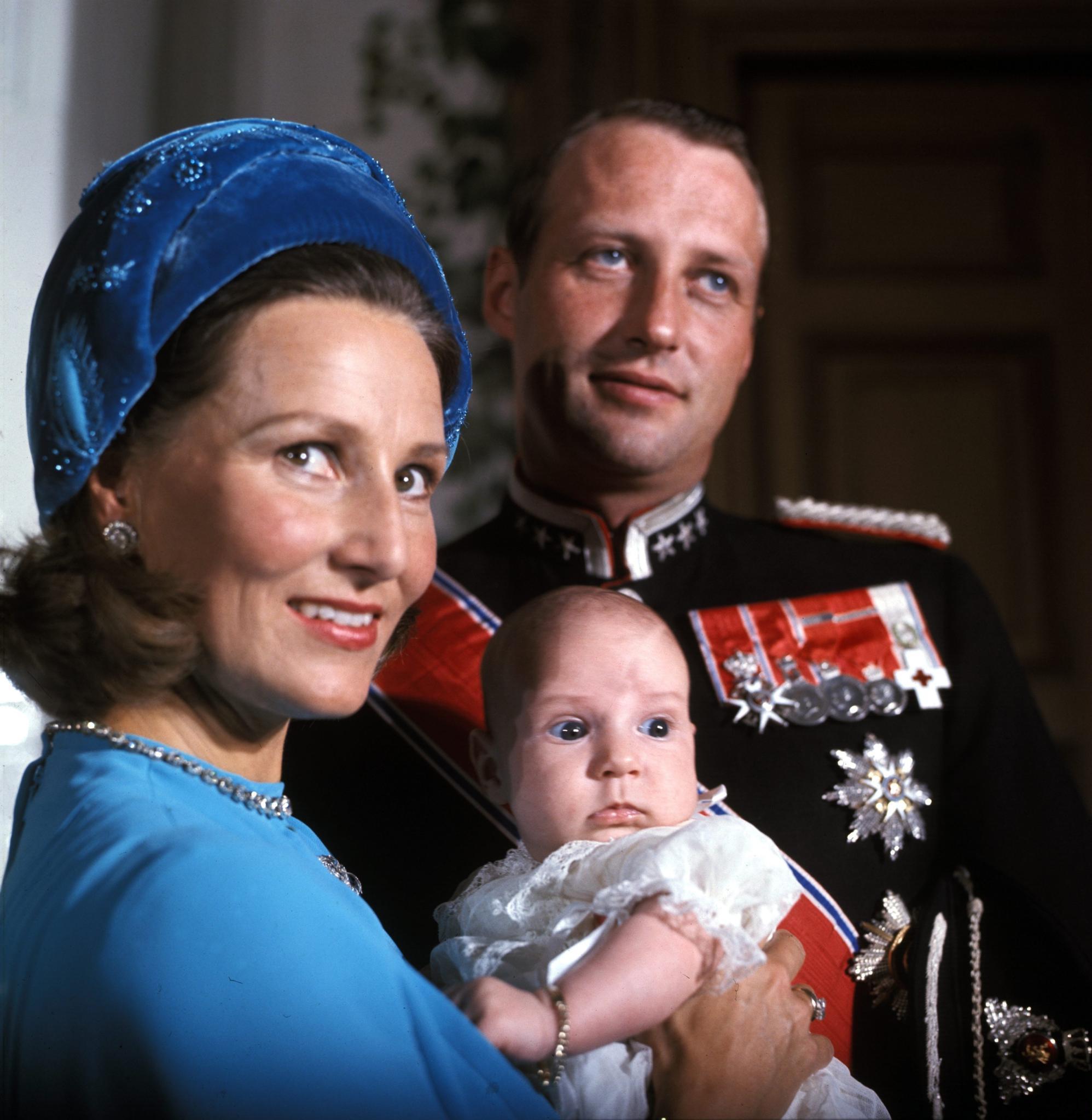 Nach Tochter Märtha Louise kommt 1973 der Thronfolger, Prinz Haakon, zur Welt und macht das Familienglück des Kronprinzenpaares perfekt.