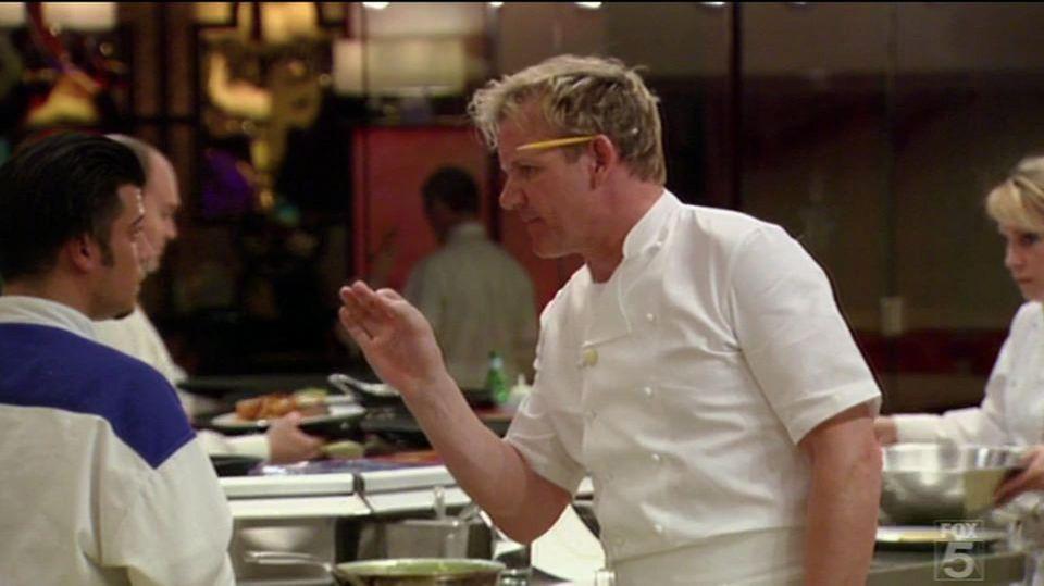 """Weißte Bescheid ... In seinen TV-Formaten redet Ramsay Klartext mit den Kandidaten, hier Kochanwärter in """"In Teufels Küche"""" (zurzeit auf Sixx)."""