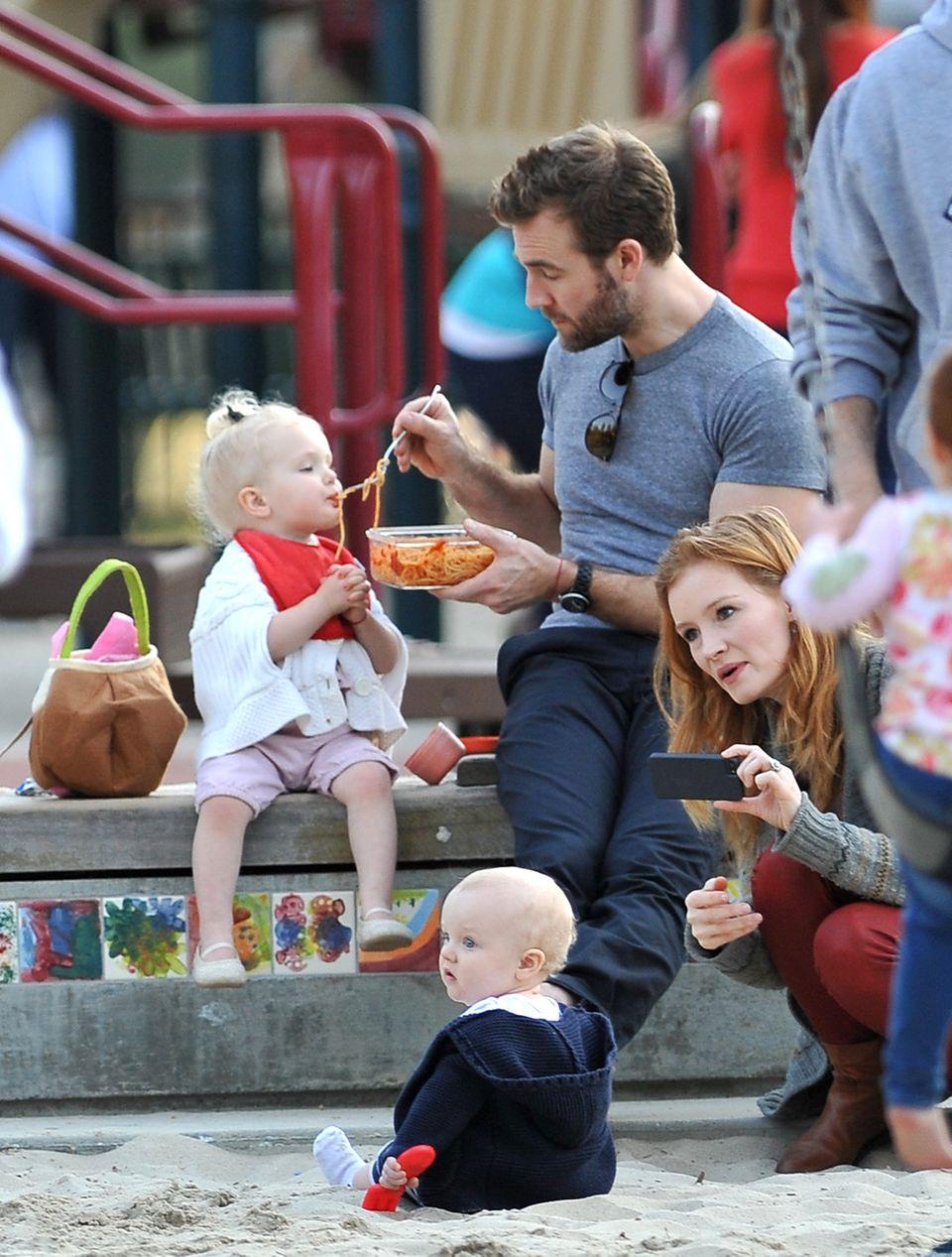 18. Februar 2013: James van der Beek und seine Frau Kimberly Brook verbringen den Nachmittag mit ihren Kindern Olivia und Joshua auf einem Spielplatz in Beverly Hills.