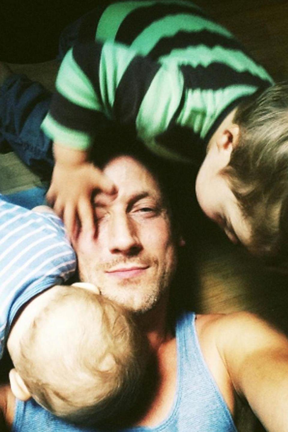 """Wotan Wilke Möhring mit seinen zwei Kleinsten. Bei Facebook schrieb der Schauspieler: """"Alle haben alle Hände voll zu tun."""""""