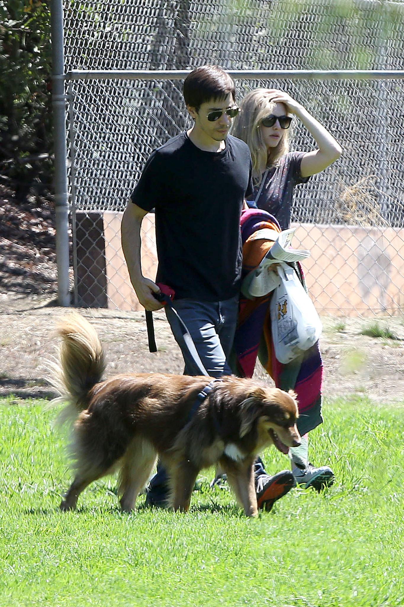 Auch mit Amanda Seyfrieds Hund Finn versteht sich Justin Long blendend. Die Schauspieler verbrachten das ganze Wochenende zusammen.