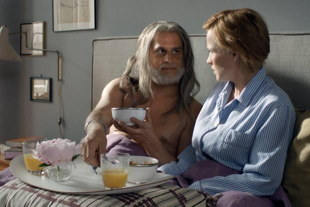 """Bleibtreu mit """"Vijay""""- Co-Darstellerin Patricia Arquette. In seiner aktuellen Kinokomödie """"Vijay und ich - Meine Frau geht fremd mit mir"""" spielt Moritz Bleibtreu einen New Yorker Comedian. Nach seinem vorgeblichen Tod nimmt er die Identität eines Inders an, um ein neues Leben zu beginnen."""