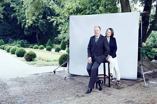 """""""Dein Po ist zu dick"""", witzelt Gertrud Steinbrück, als der Fotograf das Ehepaar auf einen Hocker bittet. """"Das hat mir ja lange keiner gesagt"""", kontert ihr Mann."""