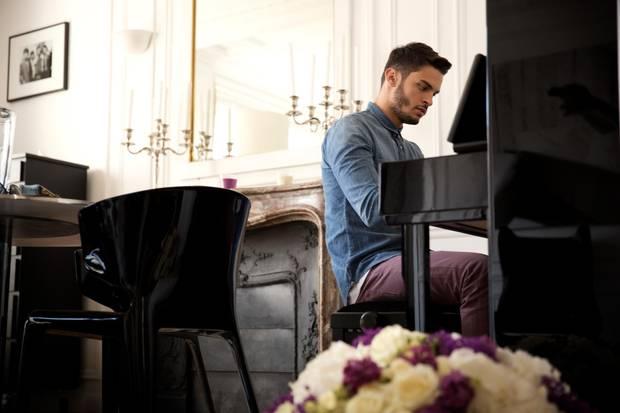 Baptiste am Klavier in seiner Pariser Wohnung. Den Blumenstrauß im Vordergrund hat Karl Lagerfeld geschickt.