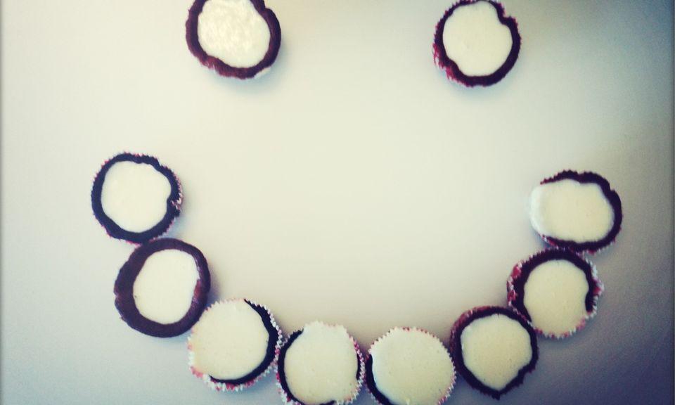 Backen mit Humor: Statt vorbildlicher Super-Cupcakes gibt es bei mir Cupcake-Krater mit Vanille-Frosting. Schmecken tut es aber trotzdem super.