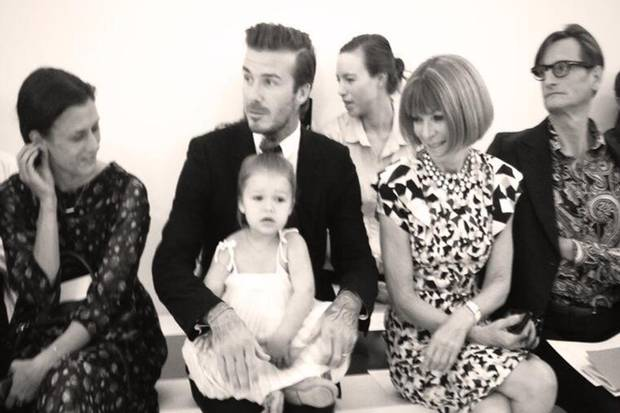 Alle Augen auf Harper. Am Samstag (8. September 2013) twitterte Victoria Beckham diesen süßen Schnappschuss ihrers kleinen Modepüppchens.
