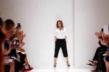 Nach dem Ende ihrer Show macht sich bei Victoria Beckham Erleichterung breit.