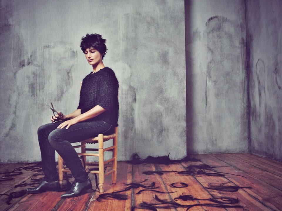 Sahra Wagenknecht: Sie will alte Zöpfe abschneiden – die Politikerin Sahra Wagenknecht mit Kurzhaarperücke in Jeans und Herrenschuhen (Vintage) und Pullover von Odeeh