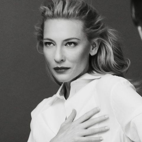 Cate Blanchett wirkt sehr elegant in Hemd und Hose, beim Dreh zum Parfüm-Spot