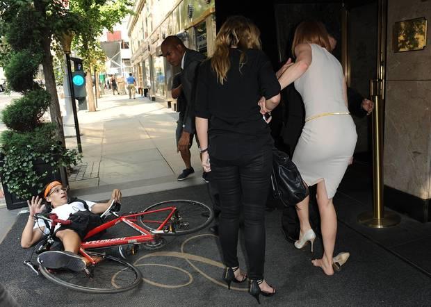 Autsch! Sicherheitsleute helfen der noch leicht benommen Nicole Kidman nach dem Zusammenprall wieder auf die Beine. Rüpel-Fahrer Carl Wu liegt noch am Boden.