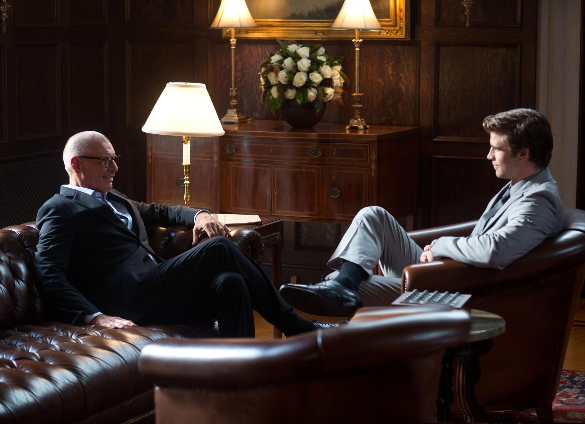 """Jetzt im Kino: In """"Paranoia"""" soll Technik-Experte Adam (Liam Hemsworth, r.) im Auftrag seines Chefs das Lebenswerk des Mobilfunk-Unternehmers Goddard (Harrison Ford) zerstören."""