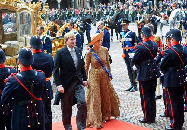 Gold war die Farbe des Tages. Bei strahlendem Sonnenscheint betritt das niederländische Königspaar Willem-Alexander und Maxima nach der legendären Fahrt in der goldenen Kutsche den Palast Nordeinde in Den Haag.