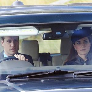 """Prinz William sitzt auch an diesem Wochenende hinter dem Steuer und kutschiert seine Frau Catherine sicher zum Kirchgang in der """"Crathie Kirk."""" in der Nähe von Schloss Balmoral."""
