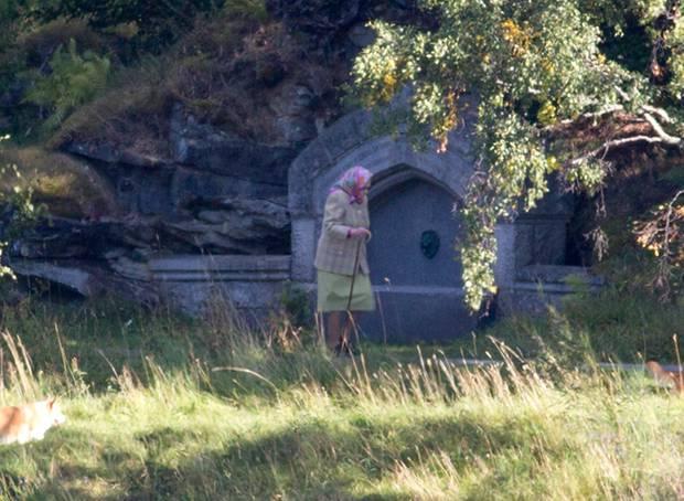 Auf dem großen Gelände rings um Schloss Balmoral kann Queen Elizabeth die Ruhe genießen und mit ihren Corgis ausgiebig spaziergehen.